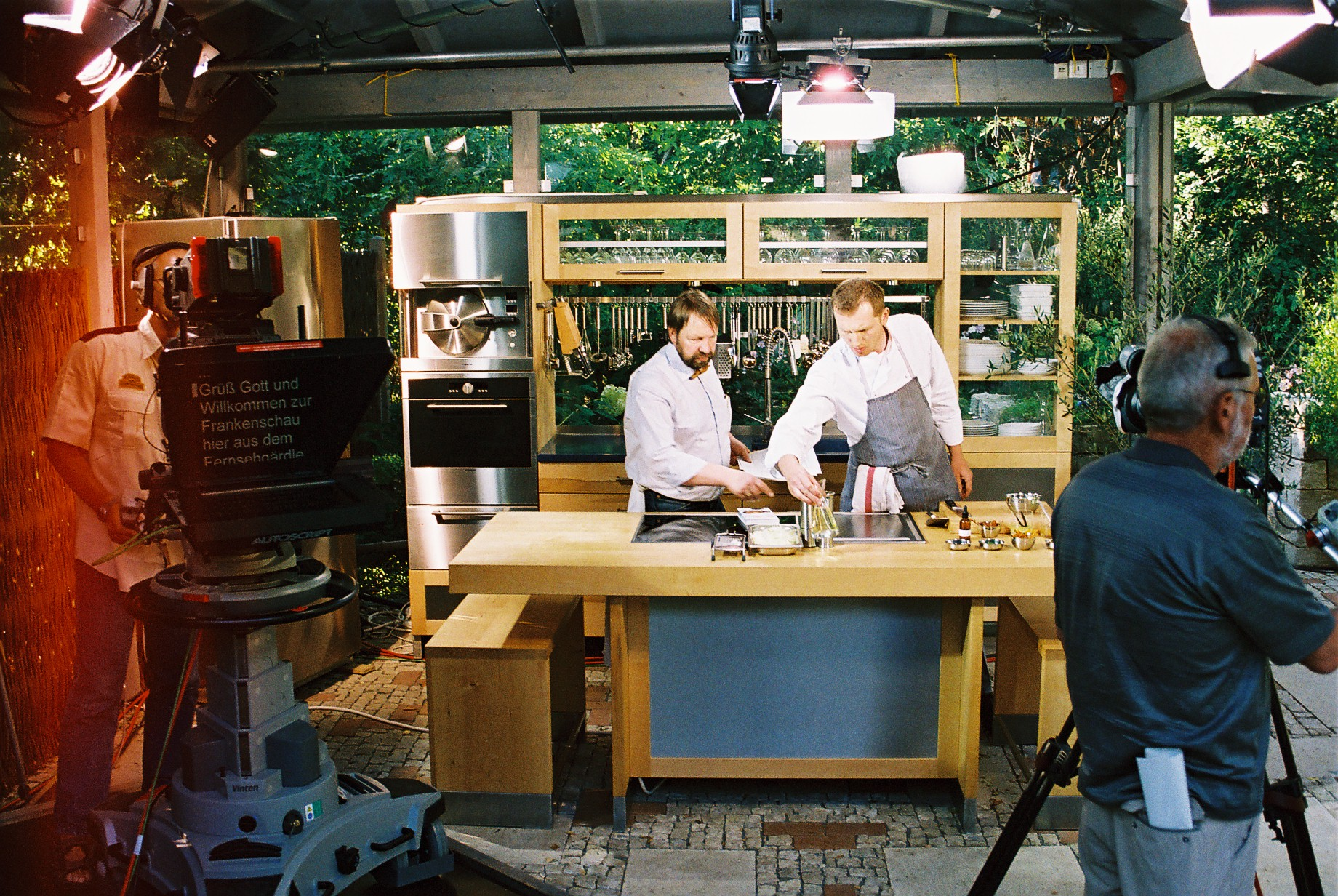 In der Holzküche der Möbelmacher beim Bayerischen Rundfunk mit zweisternekoch Andreé Köthe und herwig Danzer