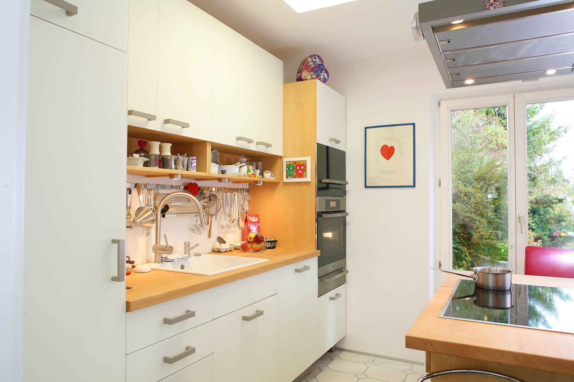 Massivholzküche mit weißer Glasfront