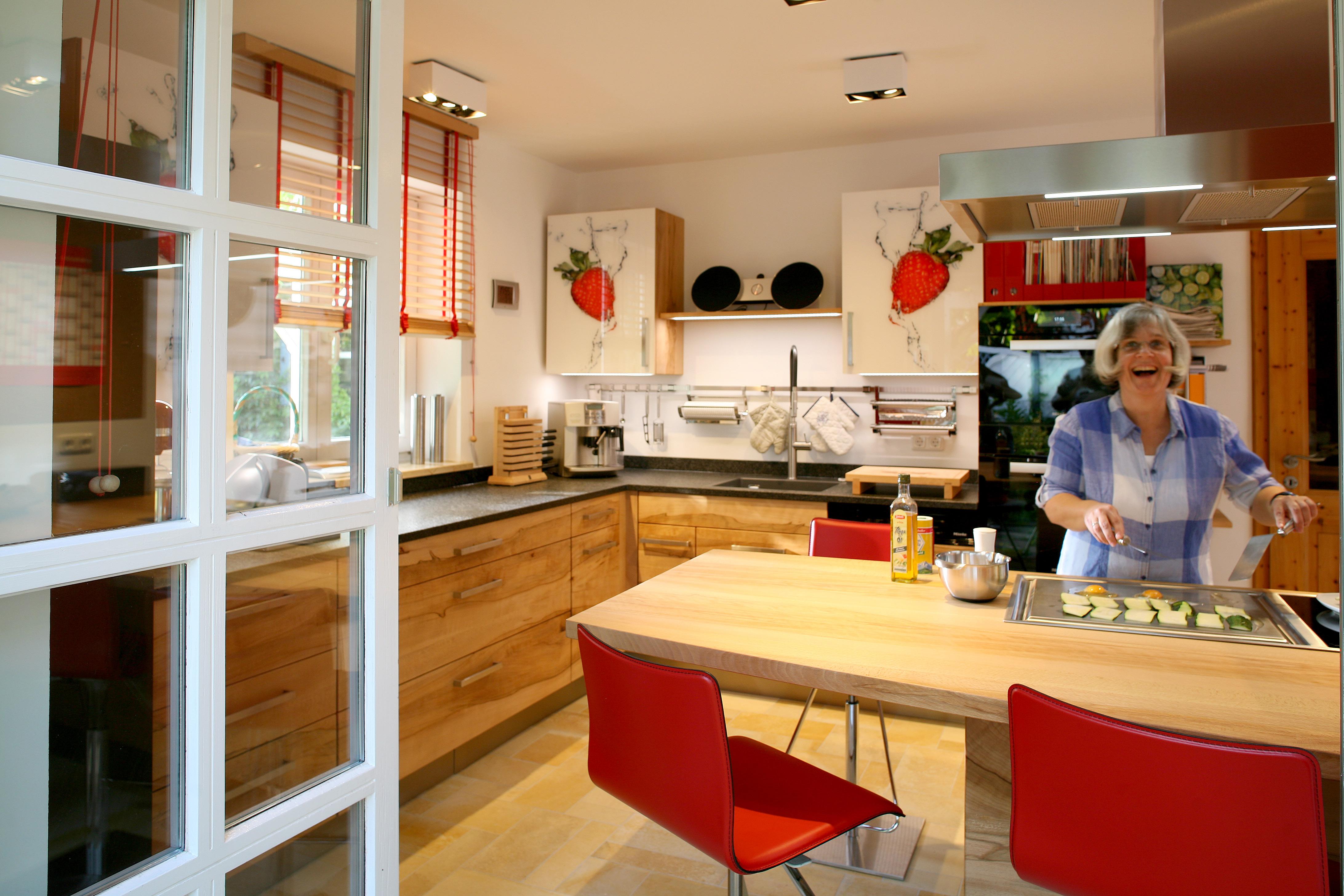 Massivholzküche in Buche mit Erdbeeren