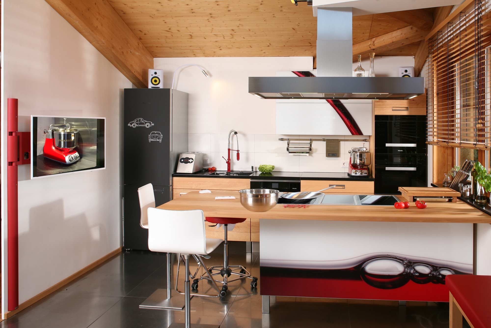 Massivholzküche in Buche mit Rotweinfront