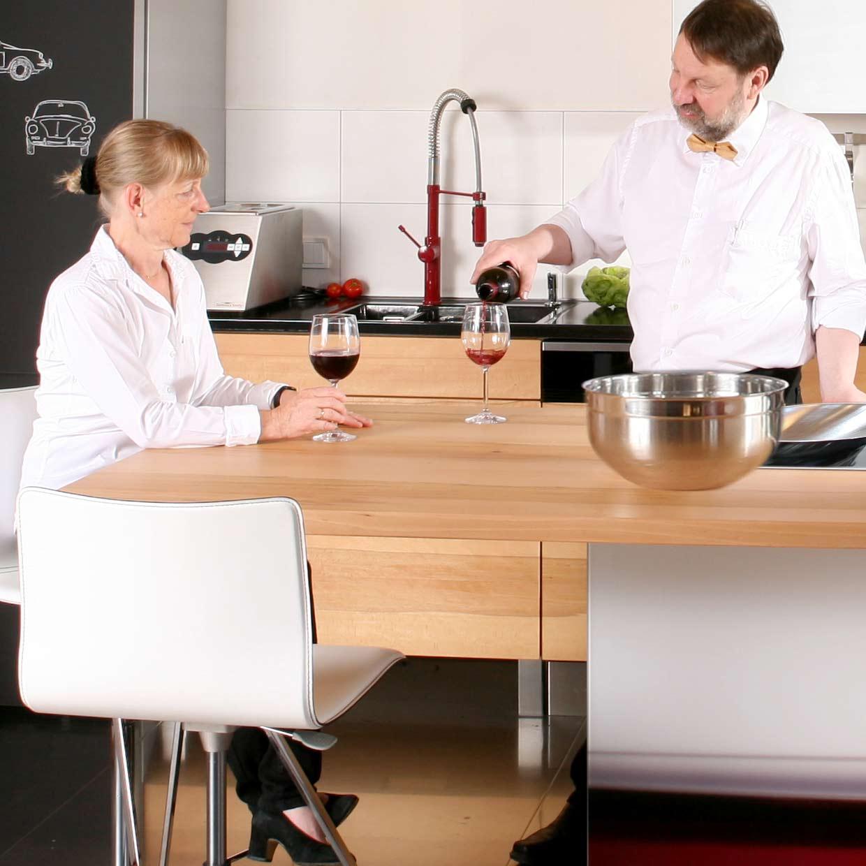 Ute und herwig Danzer in der Holzküche der Ausstellung